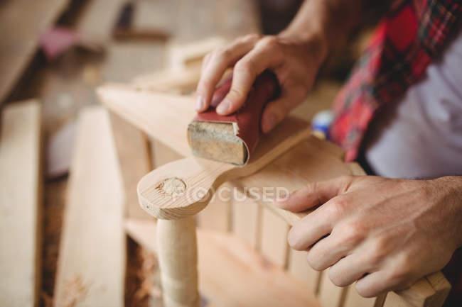 Hände eines Mannes, der auf einer Werft über eine Holzplanke arbeitet — Stockfoto
