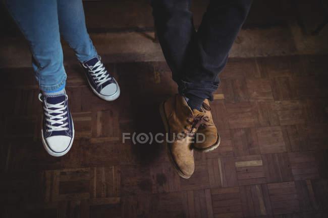 Gros plan des pieds de couple portant des chaussures de toile — Photo de stock