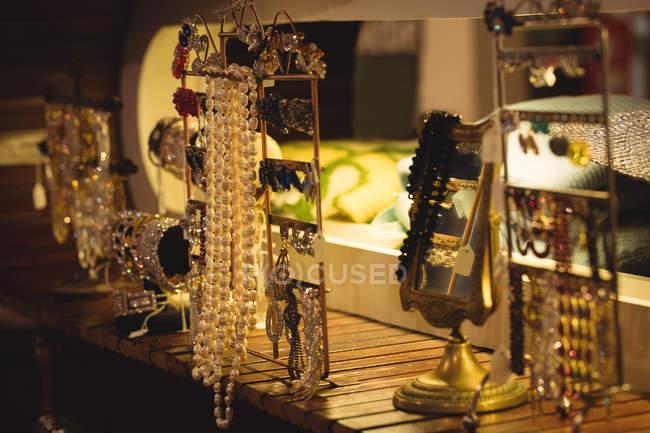 Antiker Schmuck in Juweliergeschäft ausgestellt — Stockfoto