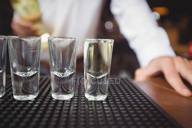 Закри порожній постріл келихи на барна стійка в барі — стокове фото