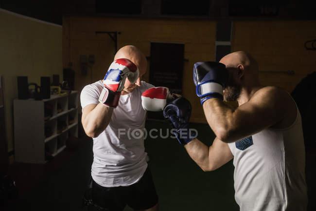 Zwei thailändische Kämpfer beim Boxen im Fitnessstudio — Stockfoto