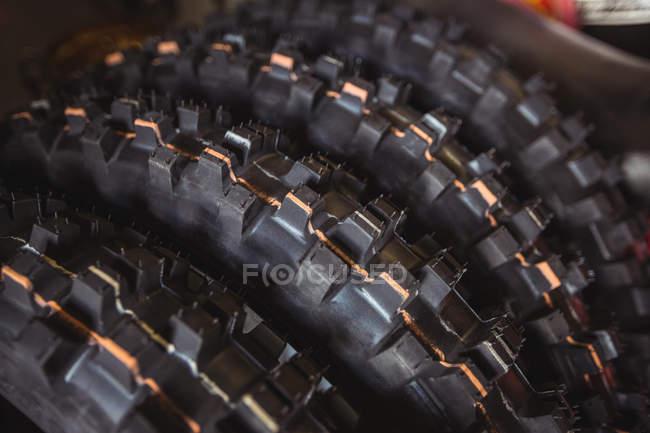 Закри мотоциклетні шини в промислових механічних майстерень — стокове фото