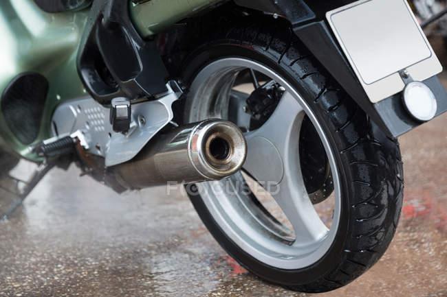 Nahaufnahme eines in einer Industriemechanikerwerkstatt geparkten Motorrads — Stockfoto