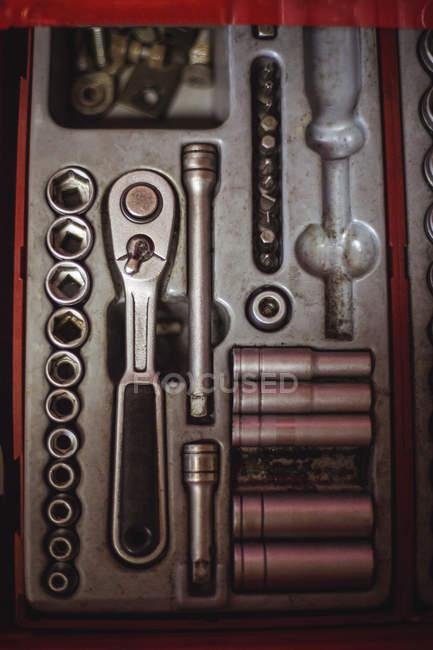 Outils automobiles disposés dans la boîte à outils à l'atelier — Photo de stock