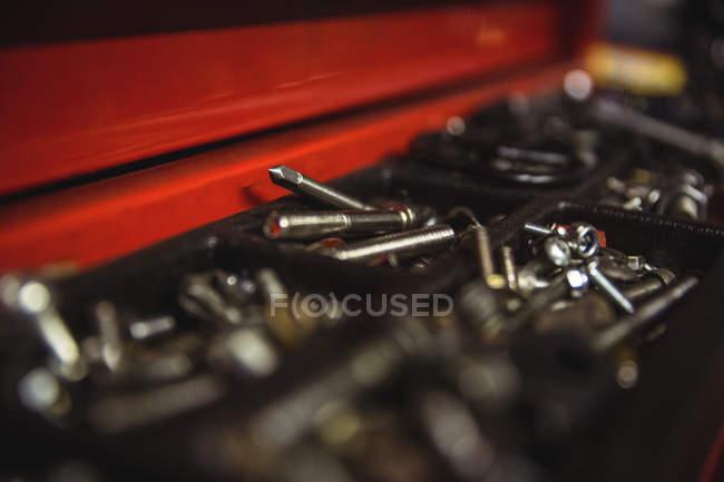 Nahaufnahme von Muttern in Schachtel in industriemechanischer Werkstatt — Stockfoto