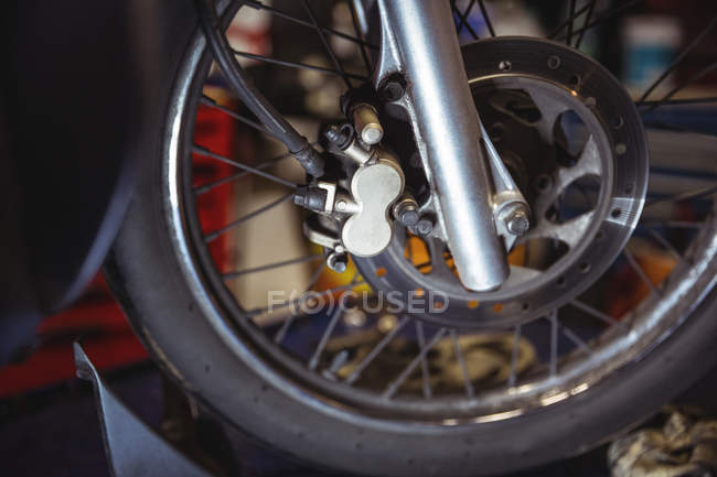 Nahaufnahme der Motorrad-Scheibenbremse in der industriellen mechanischen Werkstatt — Stockfoto