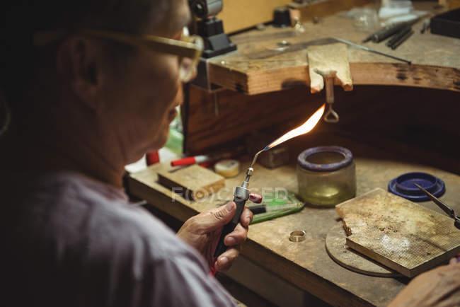 Ремесленница с помощью резака в мастерской — стоковое фото