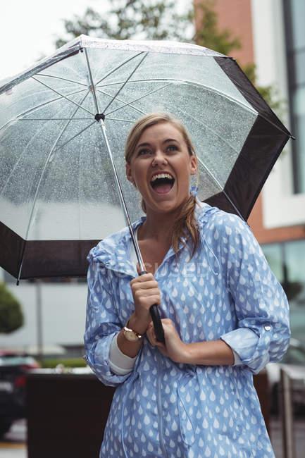 Rire belle femme profiter de la pluie pendant la saison des pluies — Photo de stock