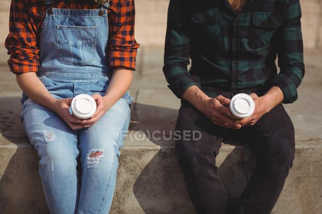 Mitte des Paares bei einem Kaffee an einem sonnigen Tag — Stockfoto