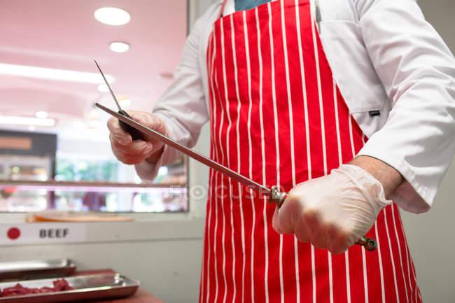 Mittelteil des Fleischerschleifmessers in Metzgerei — Stockfoto