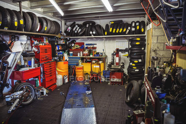 Vista all'interno del veicolo a motore workshop — Foto stock