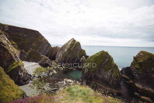 Vista da formação rochosa linda e mar — Fotografia de Stock