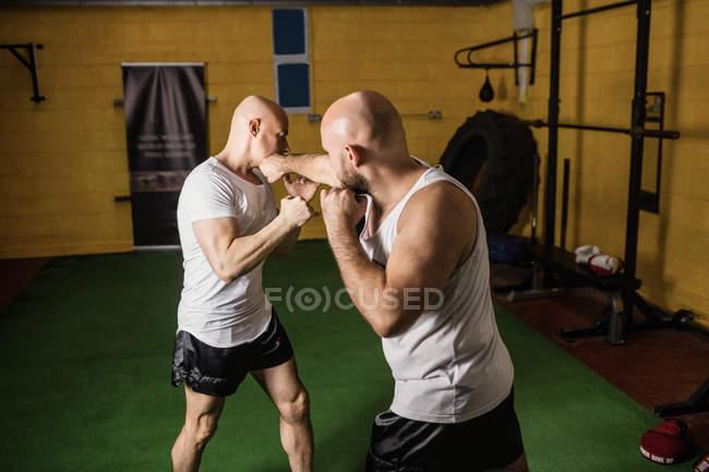 Zwei thailändische Boxer beim Training im Fitnessstudio — Stockfoto