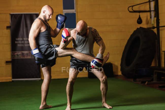 Zwei Kickboxerinnen üben Boxen im Fitnessstudio — Stockfoto