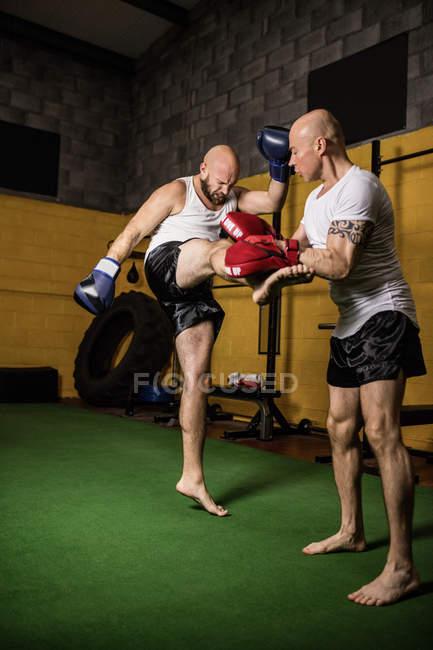 Zwei starke thailändische Boxer beim Boxen im Fitnessstudio — Stockfoto
