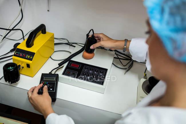 Mitarbeiterinnen untersuchen Ei auf digitalem Ei-Monitor in Eierfabrik — Stockfoto