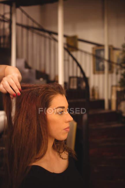 Красивая женщина, укладки волосы в салоне — стоковое фото