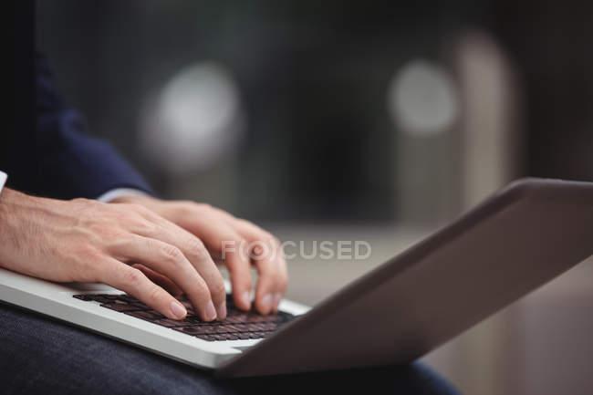 Mittelteil der Geschäftsleute mit Laptop — Stockfoto