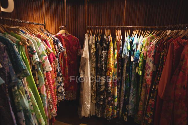 Жіночий одяг домовленість про вішалки в Вінтаж бутік — стокове фото