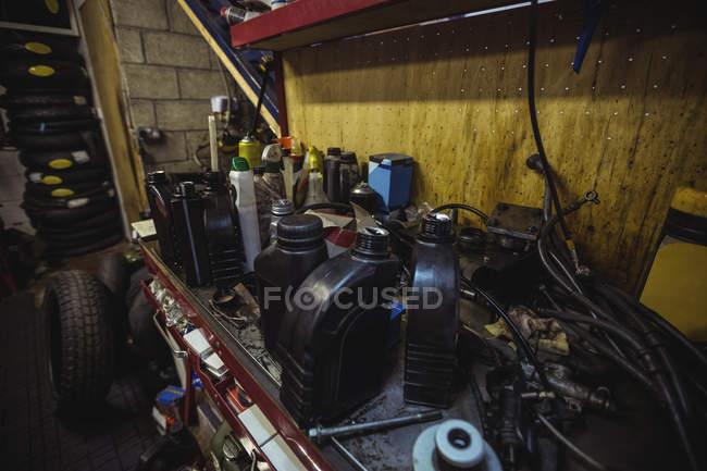 Разнообразное механическое оборудование на рабочем столе в мастерской — стоковое фото