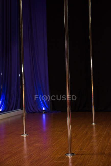 Interior de estudio de baile moderno para pole dancing - foto de stock