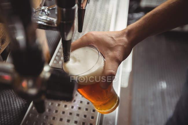 Крупный бар тендер линию розлива пива от Бар насоса на барной стойкой — стоковое фото