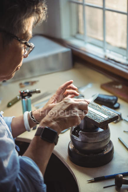 Уважний craftswoman працюють в майстерні — стокове фото