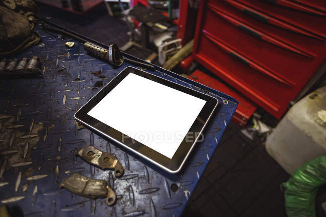 Digitales Tablet auf Werkbank in industriemechanischer Werkstatt — Stockfoto