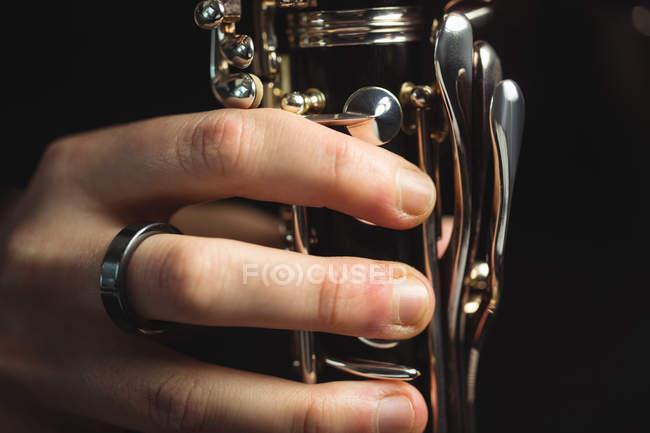 Nahaufnahme einer Klarinette spielenden Frau in der Musikschule — Stockfoto