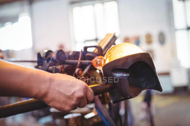 Крупный план формирования стеклодува и формирования расплавленного стекла на стекольном заводе — стоковое фото