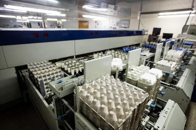 Maschinen und Eierkartons in Fabrik angeordnet — Stockfoto