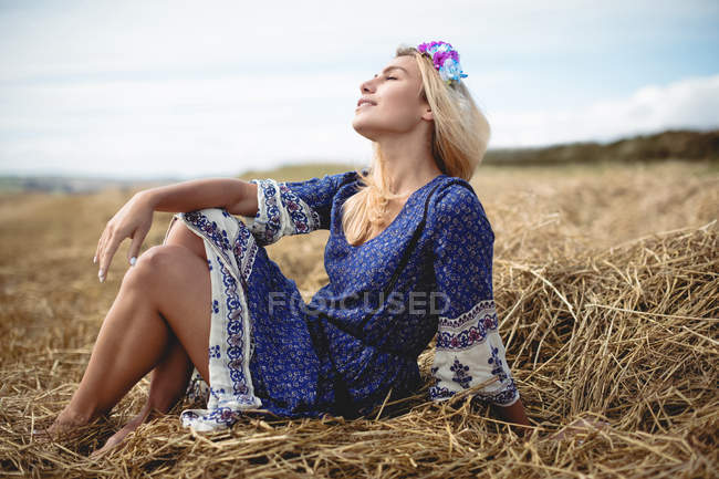 Carefree blonde woman relaxing in field — Stock Photo