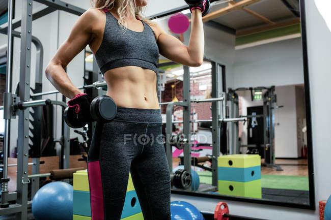 Frau Aufhebung Hanteln im Fitnessstudio — Stockfoto