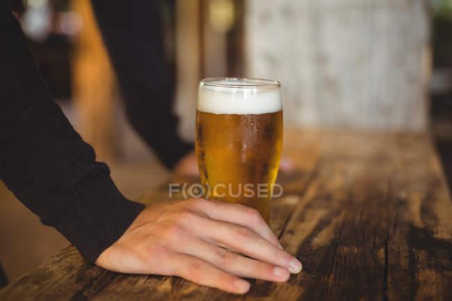 Людина з келих пива в барі — стокове фото