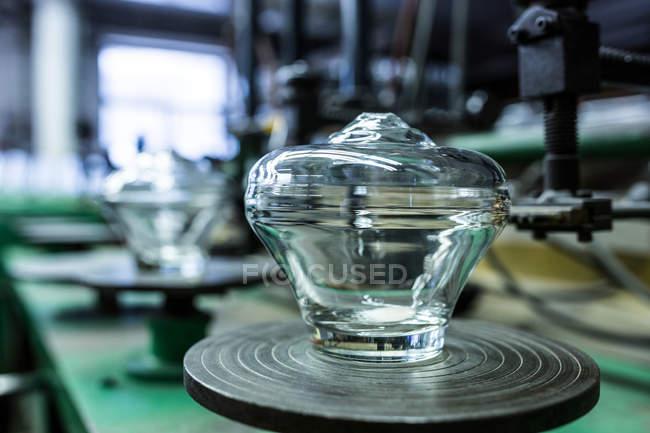 Primo piano della decorazione di vetro vuoto presso la fabbrica di soffiaggio del vetro — Foto stock