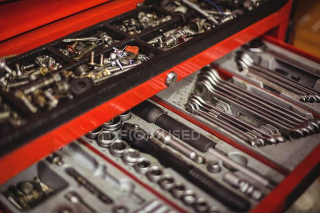 Kfz-Werkzeuge in Werkzeugkiste in Werkstatt gestellt — Stockfoto