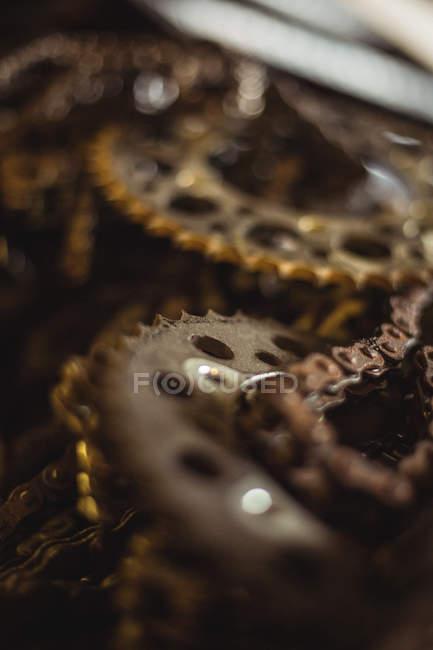 Крупным планом мотоцикл цепи на промышленных механическая мастерская — стоковое фото