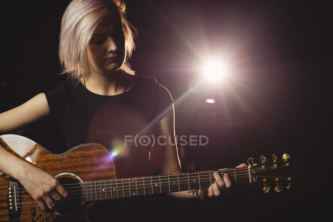 Studentin spielt Gitarre im Studio — Stockfoto