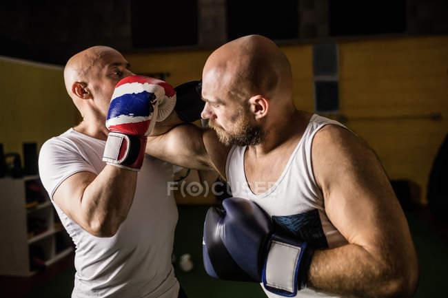 Porträt zweier thailändischer Boxer, die im Fitnessstudio boxen — Stockfoto