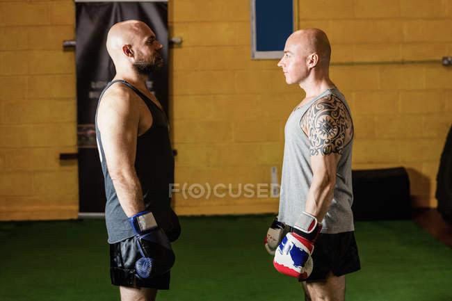 Zwei Boxer stehen sich im Fitnessstudio gegenüber — Stockfoto