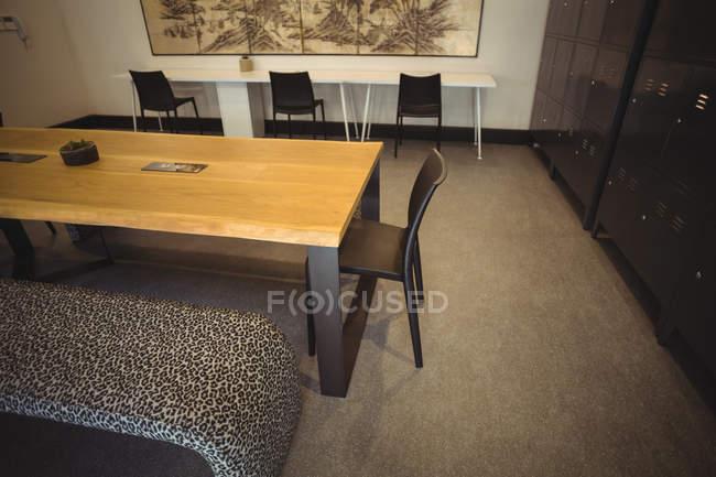 Стіл і стільці порожній в сучасні офісні — стокове фото