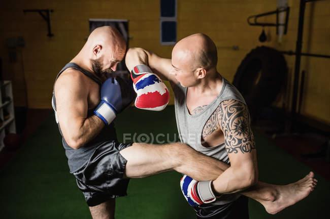 Высокий угол зрения двух тайских боксеров практикующих в тренажерном зале — стоковое фото