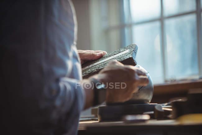 Mittelteil der Handwerkerin arbeitet in Werkstatt — Stockfoto