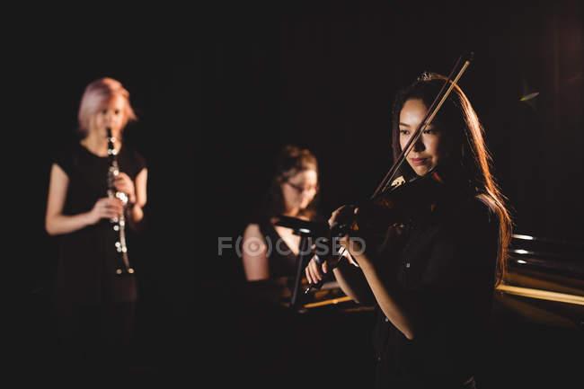Женщины играют на различных инструментах в музыкальной школе — стоковое фото