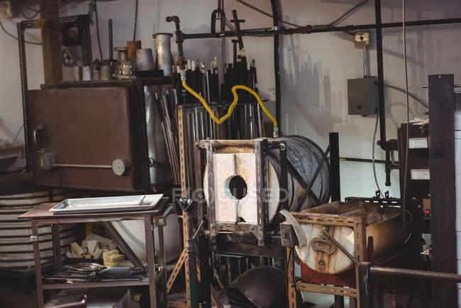 Порожній робочих станцій і печі на заводі glassblowing — стокове фото