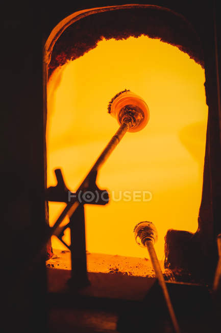 Gros plan d'un morceau de verre chauffé au four dans une usine de soufflage de verre — Photo de stock