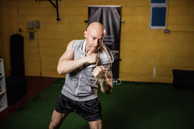 Schöner muskulöser thailändischer Boxer beim Boxen im Fitnessstudio — Stockfoto