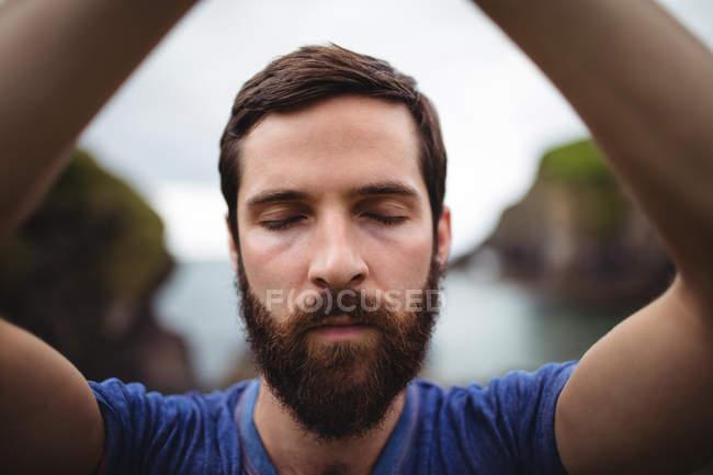 Primo piano di uomo che esegue yoga — Foto stock