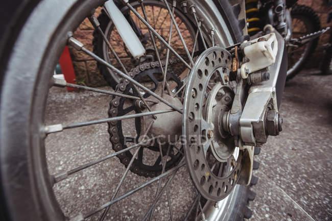 Nahaufnahme eines Motorrads in der Industriemechanikerwerkstatt — Stockfoto