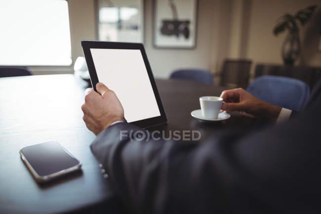 Hand des Geschäftsmannes mit digitalem Tablet im Büro — Stockfoto